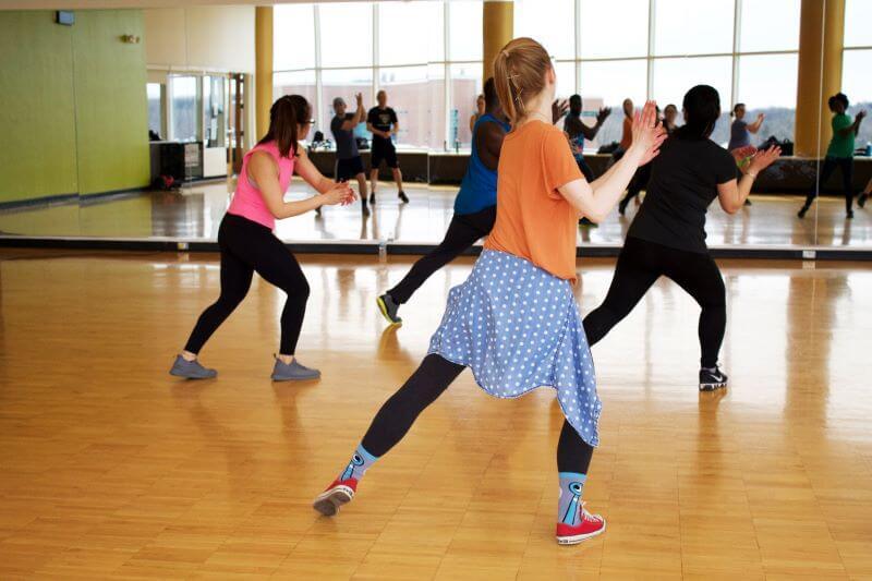 סיכום של מאמר סקירה חדש, שבודק את ההוצאה האנרגטית בשיעורי יוגה, אסאנות ותרגילי נשימה. האם יוגה היא פעילות אירובית קלה, בינונית או עצימה?